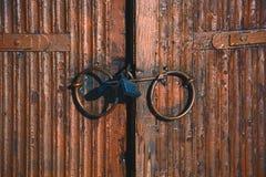 在木门的老锁 库存图片