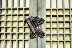 在木门的老锁 图库摄影