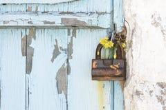 在木门的葡萄酒挂锁 库存图片