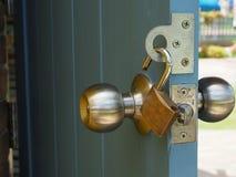 在木门的金属挂锁 免版税库存图片