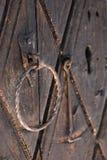 在木门的铁锈锁 免版税图库摄影