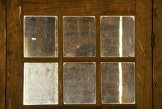 在木门,新英格兰的老,被抓的和挖坑的窗口 免版税图库摄影