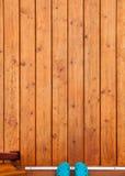 在木门廊甲板门道入口的橡胶鞋子 库存图片