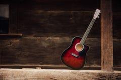 在木门廊的吉他 图库摄影