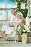 在木门廊的年长夫妇 免版税库存图片