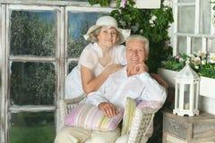 在木门廊的年长夫妇 库存照片