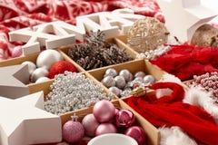 在木隔间的圣诞节装饰品 库存图片