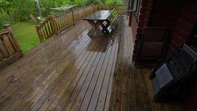 在木露台的雨在夏日 美好的天气背景 影视素材