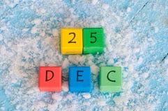在木颜色立方体的圣诞节日期 12月25日 免版税库存图片