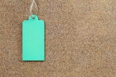 在木黄柏背景的绿色空的木标志 免版税库存照片