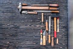在木黑桌上的被分类的工作工具 您的文本的地方 免版税库存图片