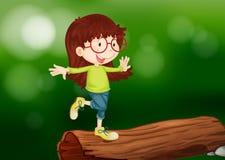 在木头上的一个女孩 图库摄影