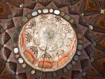 在木头和镜子天花板装饰的伊斯兰教的样式在Chehel 免版税图库摄影