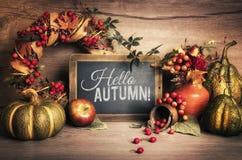 在木头和黑板,文本空间的秋天装饰 免版税库存照片