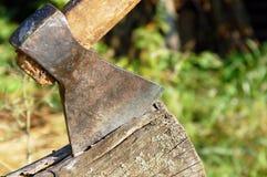 在木头困住的轴 库存照片