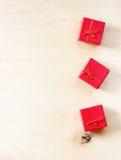 在木织地不很细背景的红色礼物盒 库存图片