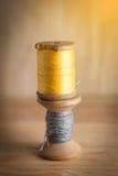 在木织地不很细背景的针线包 免版税图库摄影