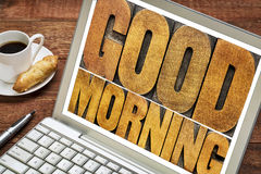 在木类型的早晨好在膝上型计算机 免版税库存照片
