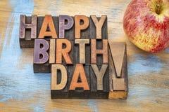 在木类型的生日快乐用苹果 免版税库存照片