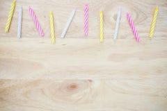 在木头安置的生日蜡烛 库存图片