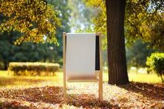 在木黑板的空的白皮书 免版税库存照片