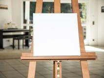 在木画架的白色帆布 库存图片