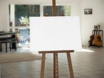 在木画架的白色帆布 免版税库存图片