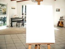 在木画架的白色帆布 免版税库存照片