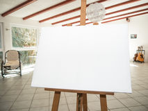 在木画架的白色帆布 图库摄影