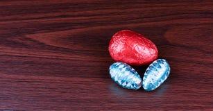 在木头的三个复活节彩蛋从上面 免版税图库摄影