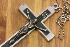 在木头的下垂十字架 免版税库存图片