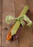 在木头的丝带栓的秋天蜡烛 库存图片