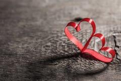 在木头的两丝带心脏 库存图片