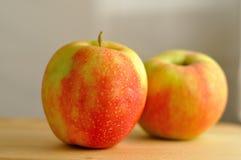 在木头的两个苹果 库存照片