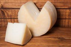 在木头的乳酪 免版税库存照片