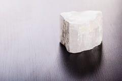在木头的亚硒酸盐石头 免版税图库摄影