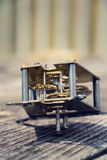 在木头的减速火箭的葡萄酒钟表机构运动手表机制 免版税库存图片