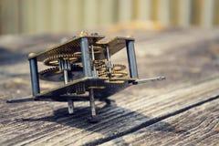 在木头的减速火箭的葡萄酒钟表机构运动手表机制 免版税库存照片