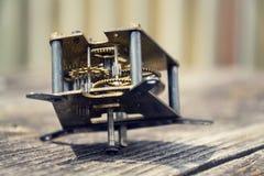 在木头的减速火箭的葡萄酒钟表机构运动手表机制 免版税图库摄影