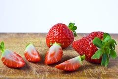 在木头的切的草莓 免版税库存图片