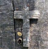 在木头的十字架 免版税库存照片