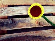 在木头的向日葵 免版税库存图片