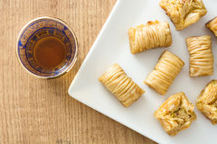 在木头的土耳其点心果仁蜜酥饼 图库摄影