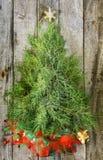 在木头的圣诞树 免版税库存图片