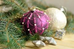在木头的圣诞节球 库存照片