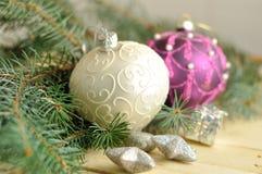 在木头的圣诞节球 免版税库存照片