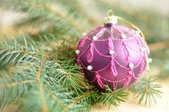 在木头的圣诞节球 免版税库存图片
