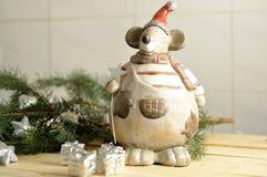 在木头的圣诞节老鼠 免版税库存图片