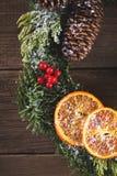 在木头的圣诞节花圈 免版税库存图片
