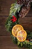 在木头的圣诞节花圈 免版税图库摄影